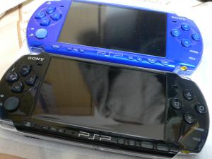手前PSP-3000、奥PSP-2000